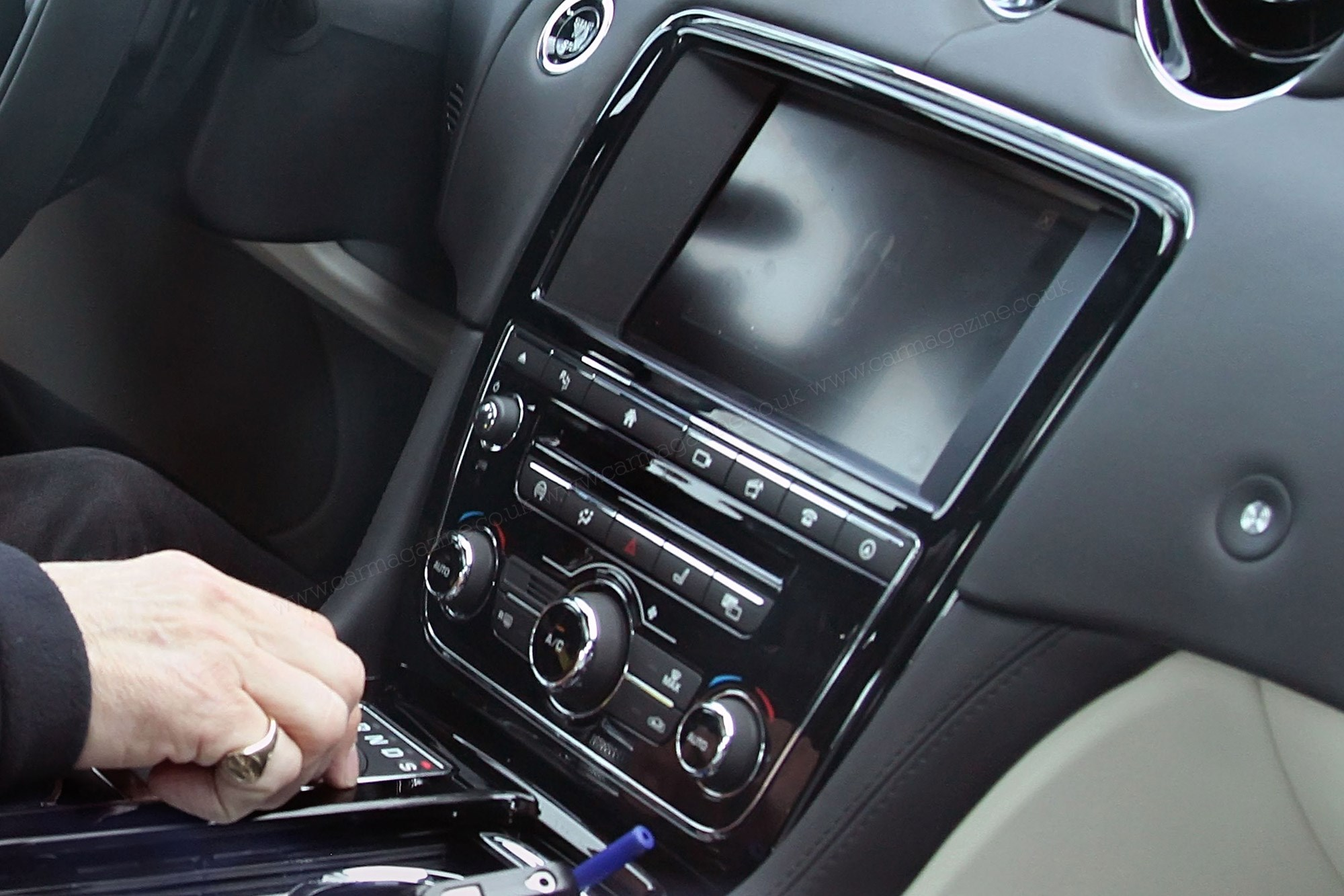Inside The 2016 Jaguar Xj Incontrol And More Tech By Car