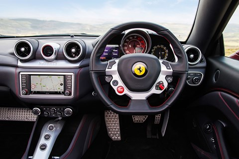 Porsche 911 turbo s cabrio vs ferrari california t twin for Ferrari california t interieur