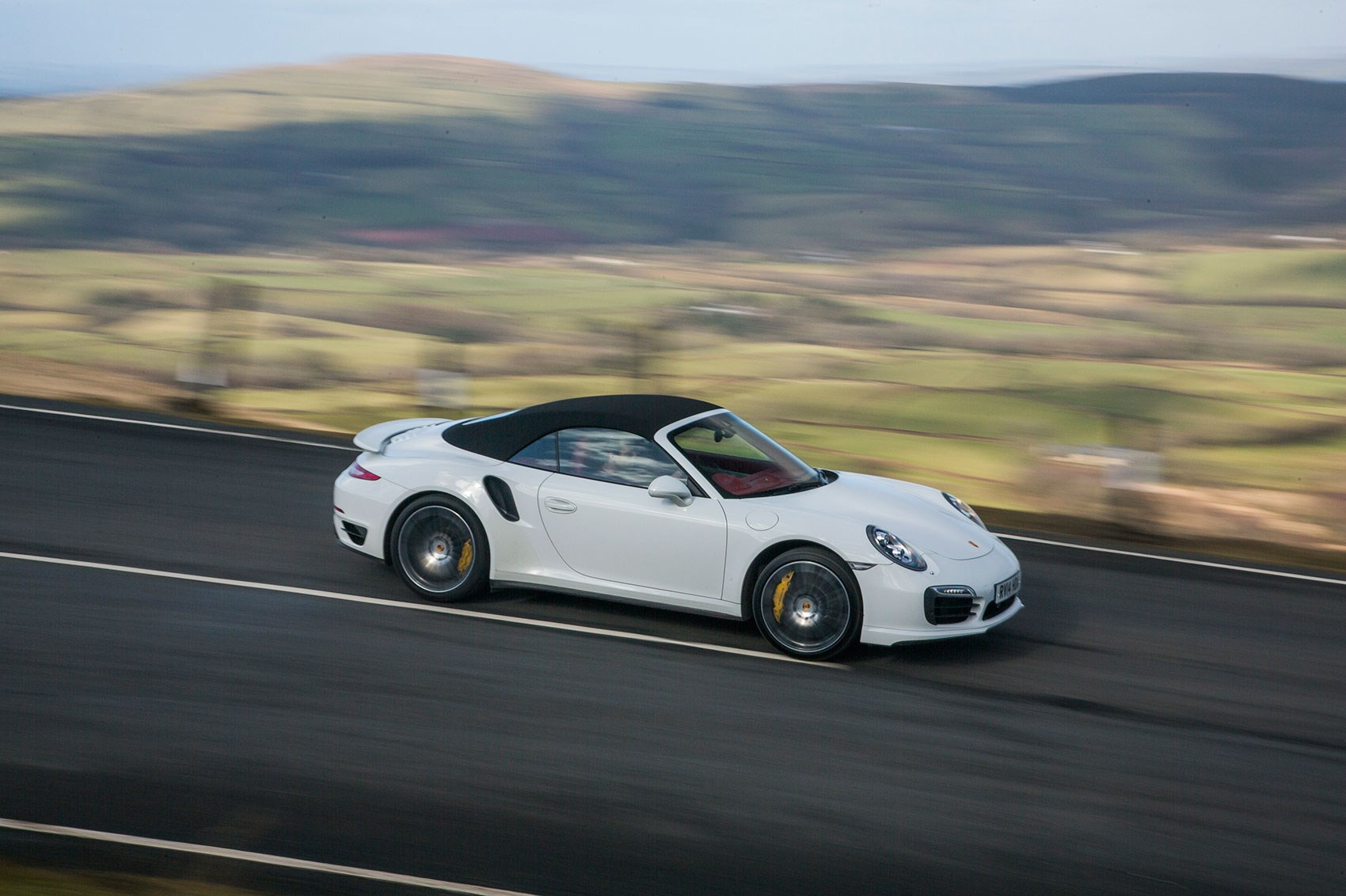 Porsche 911 Turbo S Cabrio vs Ferrari California T twin ...