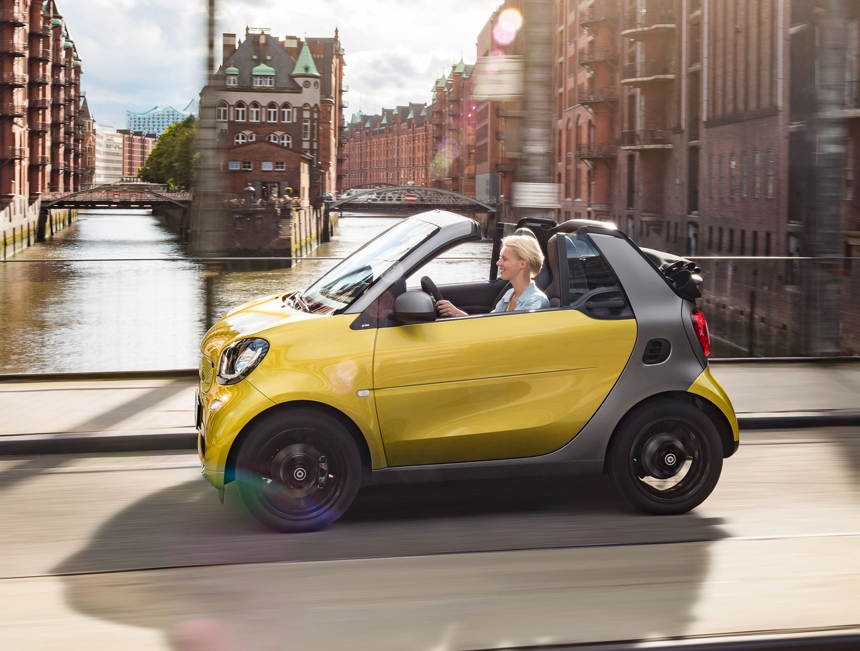 it 39 s the new 2016 smart fortwo cabriolet the smallest soft top going by car magazine. Black Bedroom Furniture Sets. Home Design Ideas