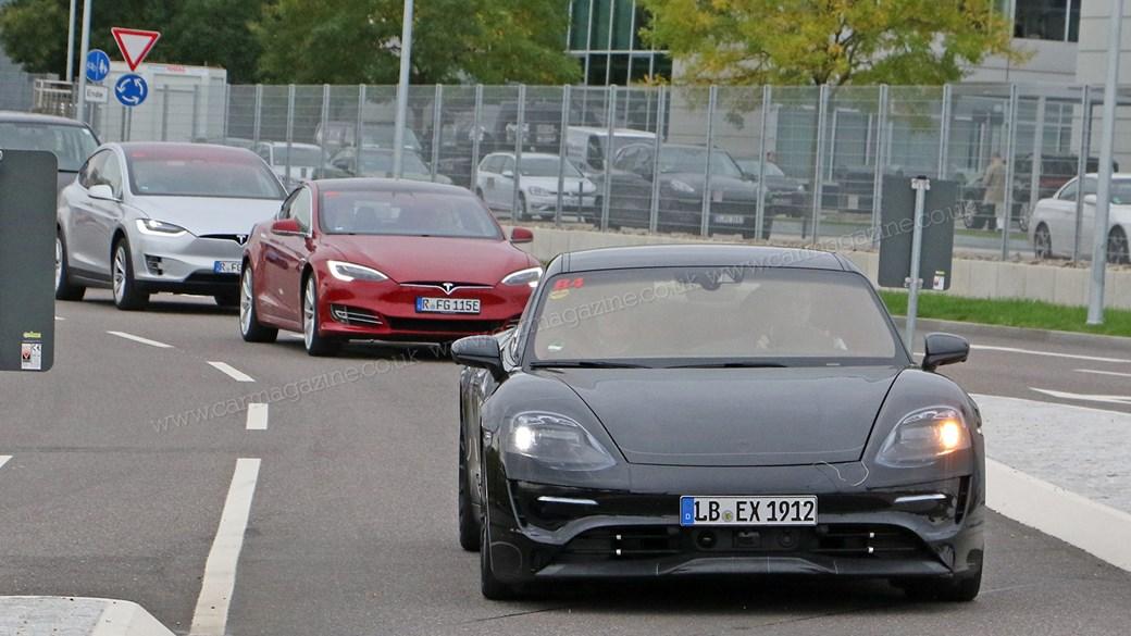 Nguyên mẫu Porsche Mission E và một đội xe đo chuẩn Tesla
