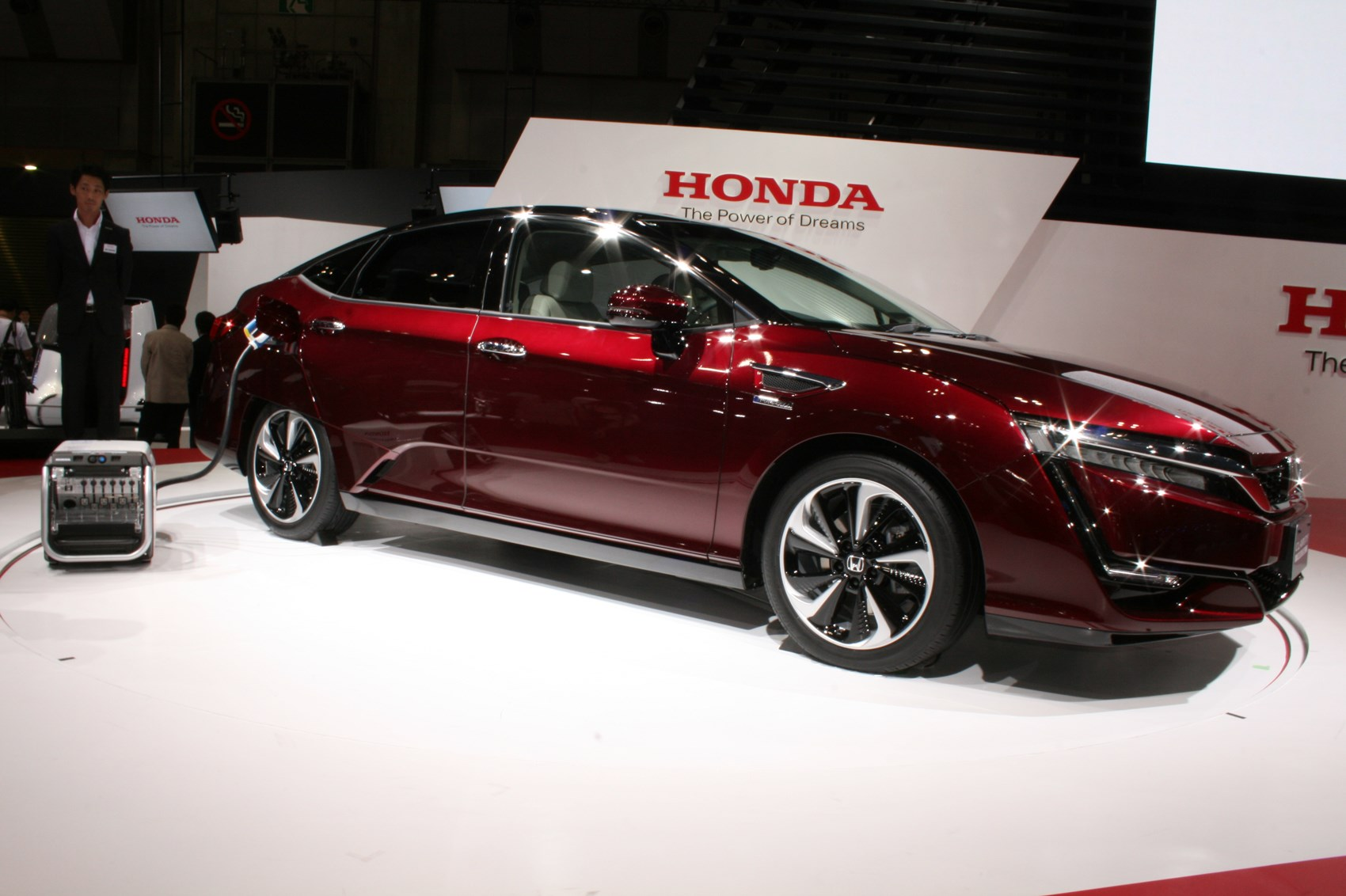 hondas hydrogenpowered clarity fuel cell arrives in