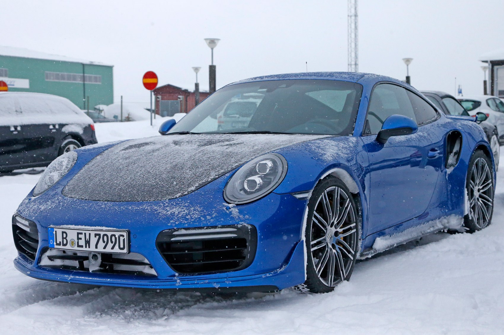 hot porsche cold weather new 911 gt2 rs spotted by car magazine. Black Bedroom Furniture Sets. Home Design Ideas