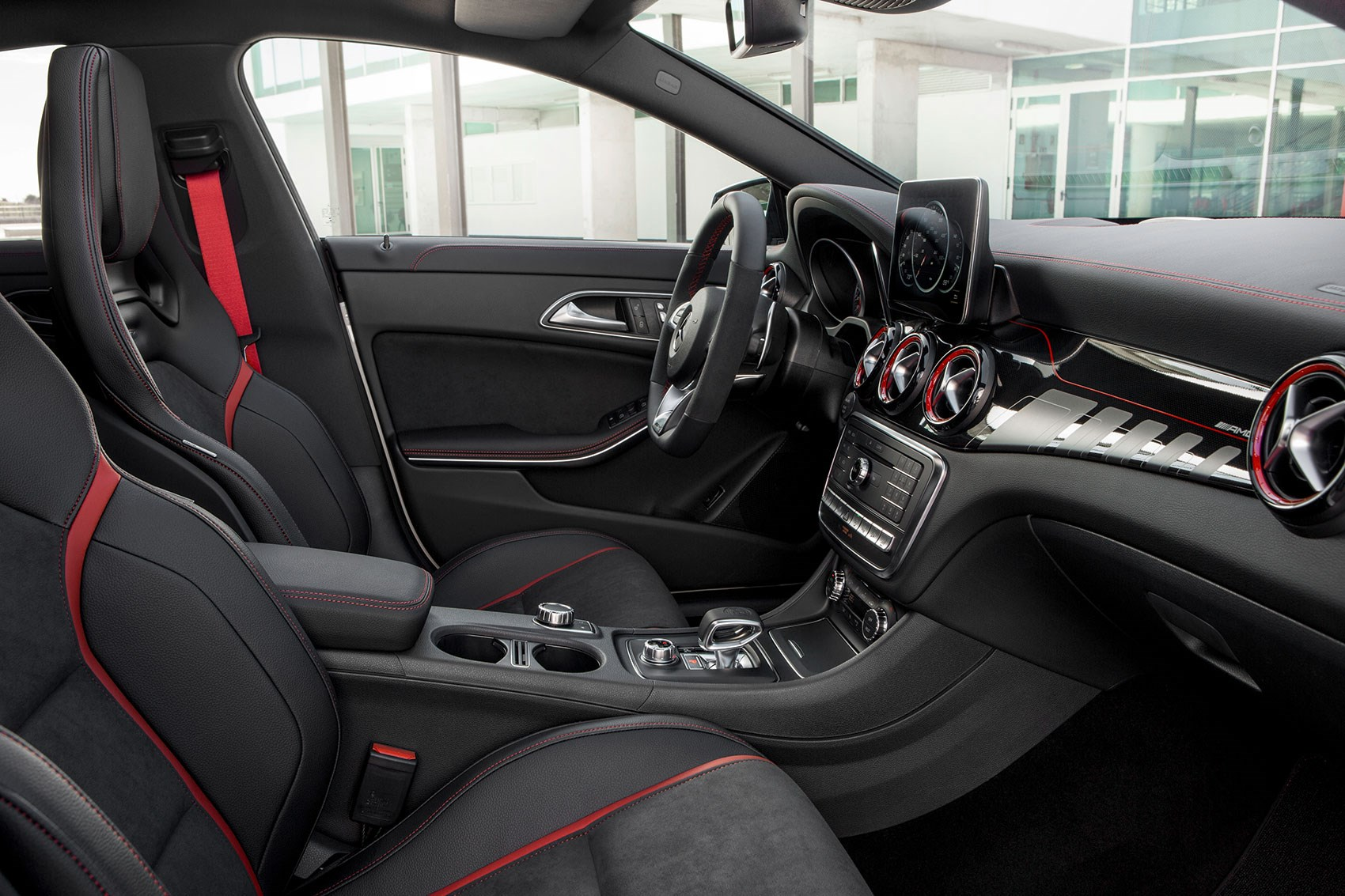 Mercedes benz cla scrubs up for facelift at new york motor for Artico interieur