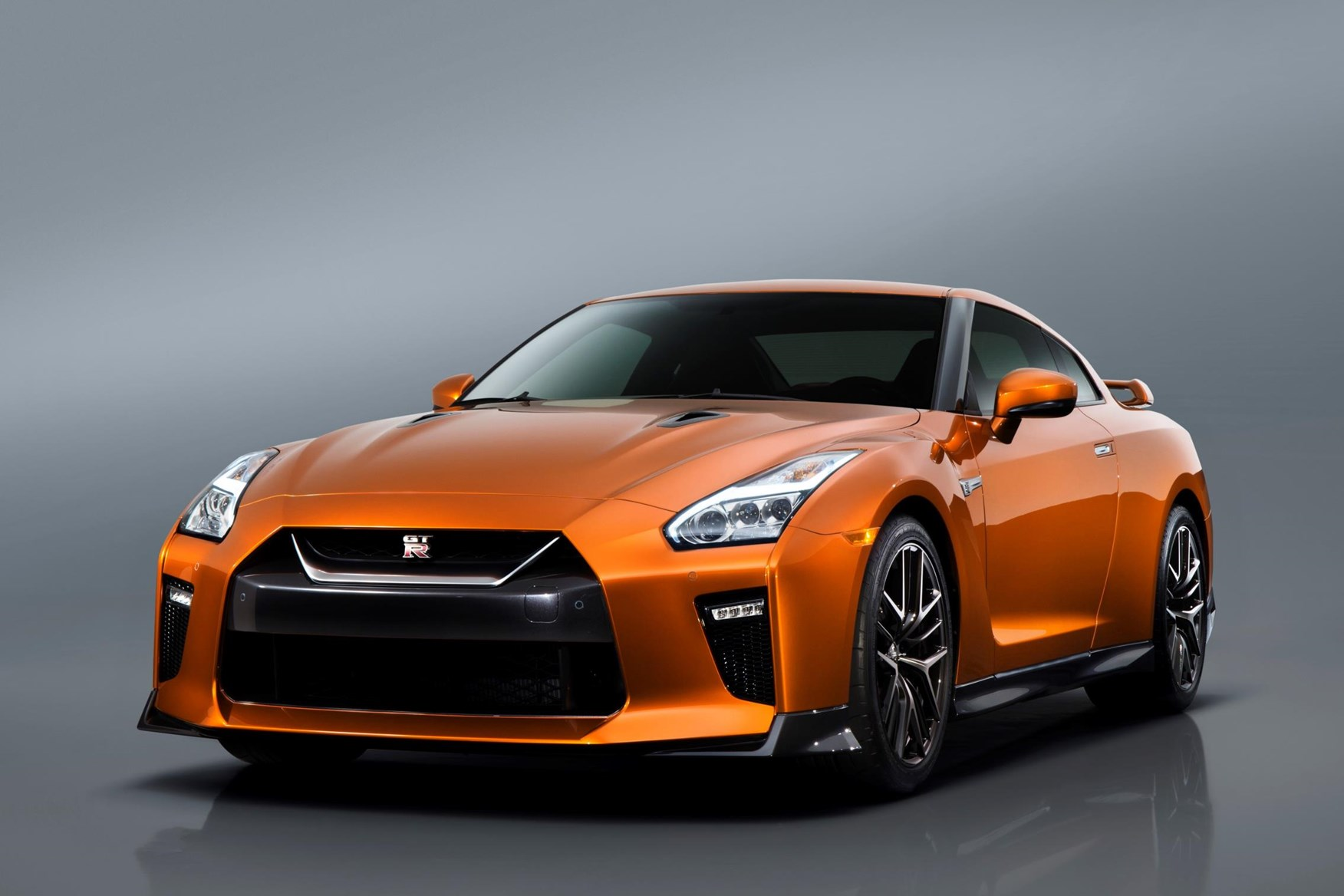 ... Chrome Effect Grille Distinguishes Front Of Nissan GT R ...