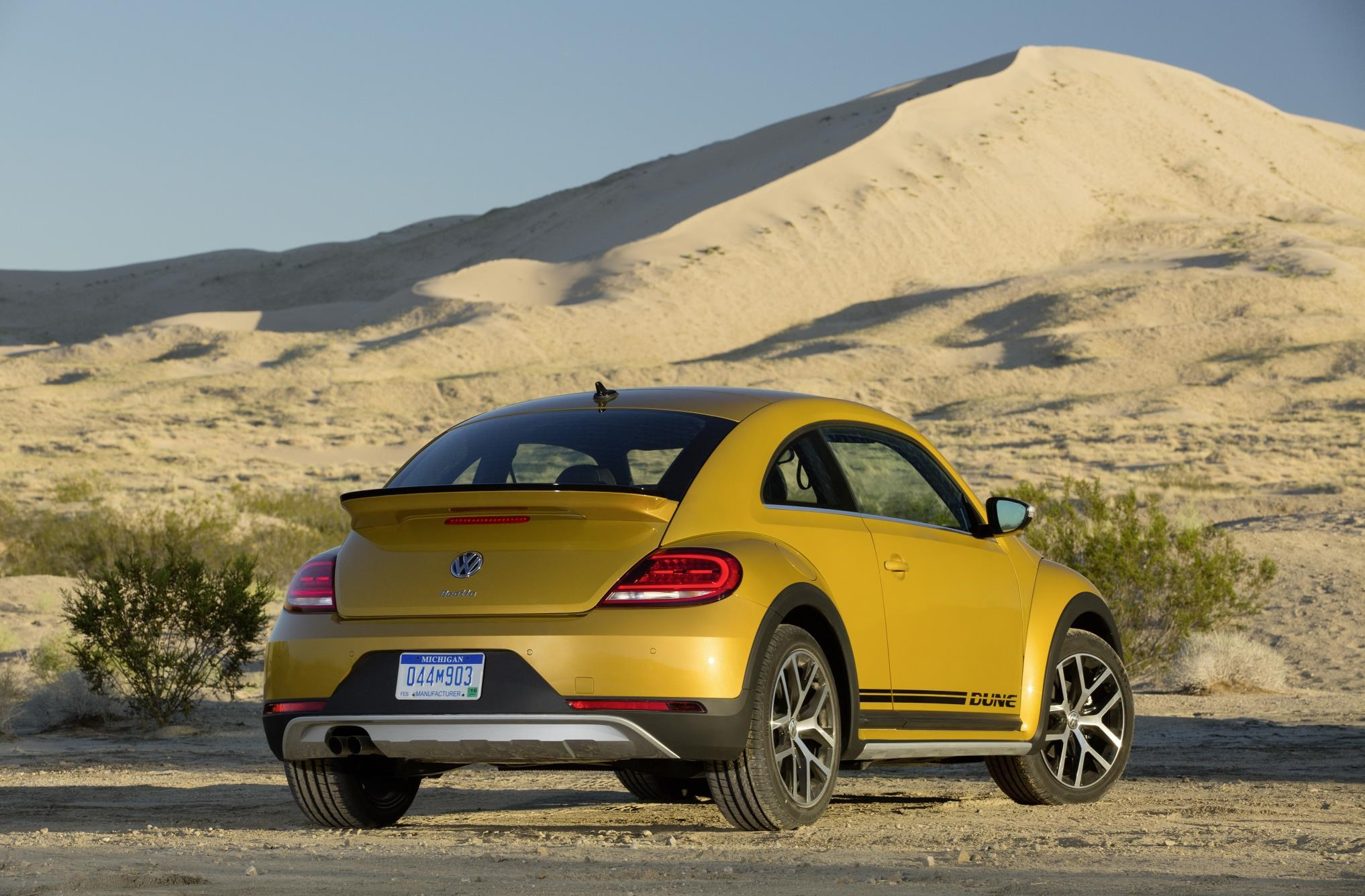 vw beetle dune prices confirmed from 21 300 in the uk by. Black Bedroom Furniture Sets. Home Design Ideas