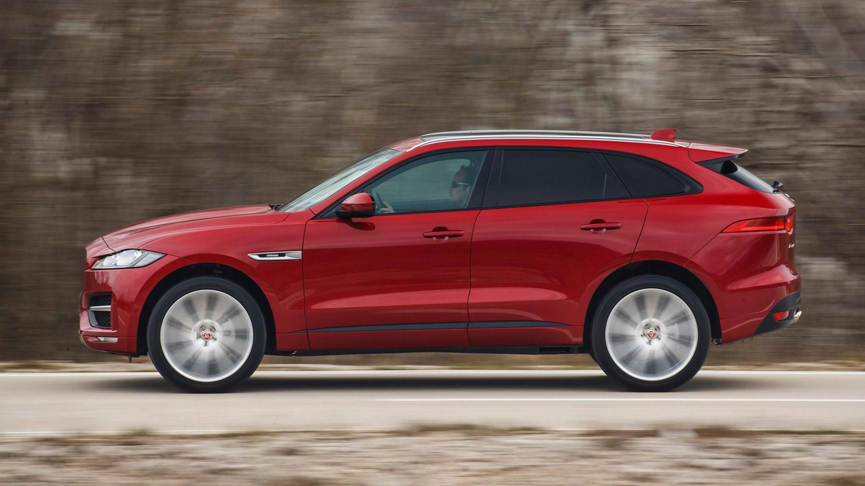Jaguar f pace 2 0d r sport 2016 review by car magazine for Interieur jaguar f pace