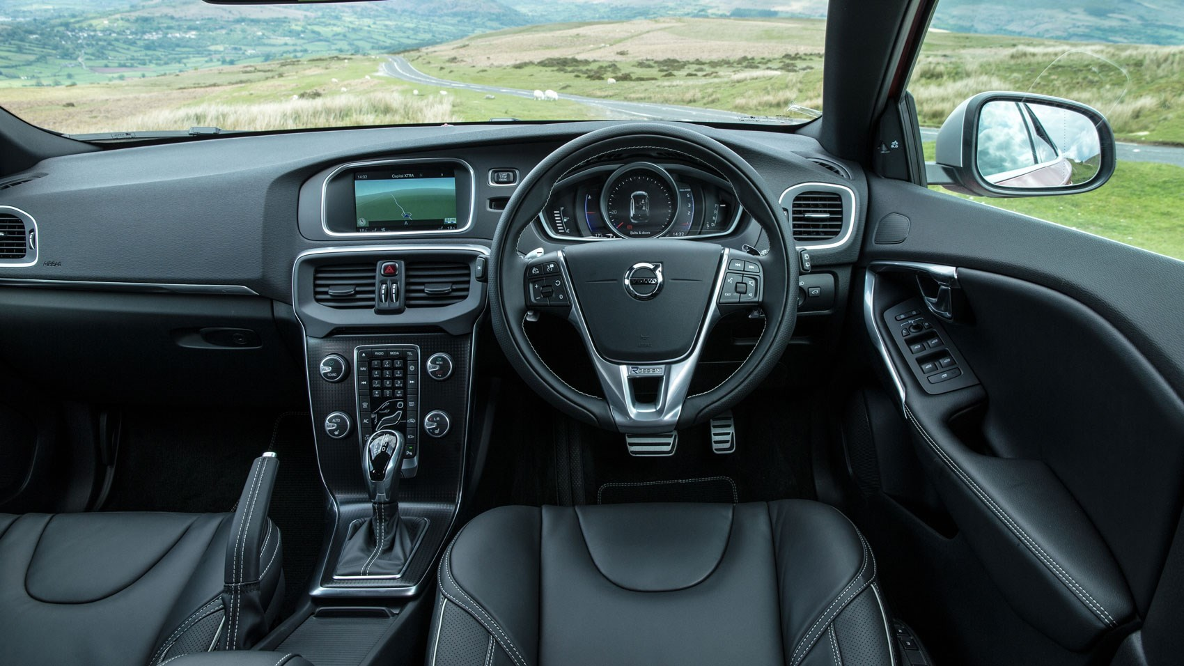 Volvo v40 d3 r design 2016 review by car magazine for Interieur xc40