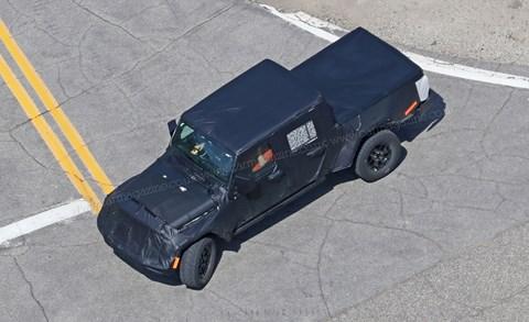 Jeep JT pick-up: spy photos by CAR magazine