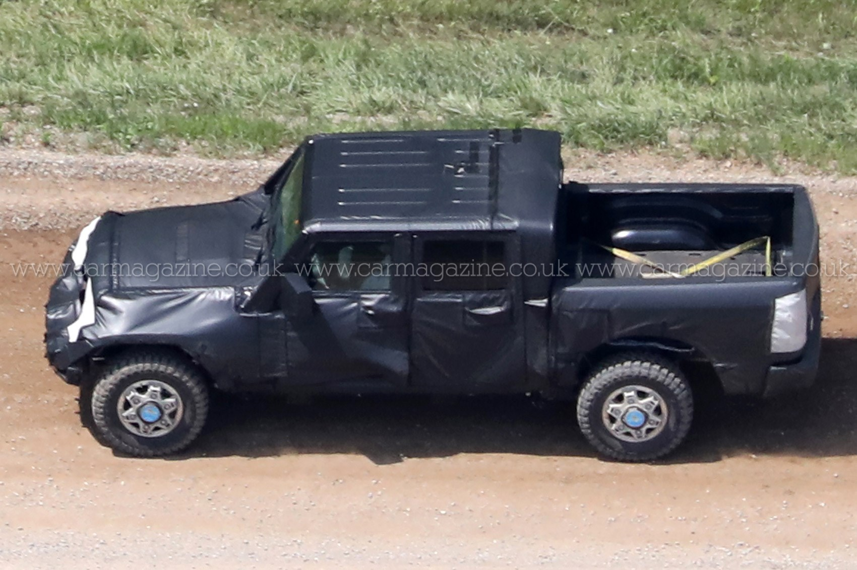 2016 Jeep Truck >> New 2019 Jeep Wrangler Jt Pick Up Truck Spotted Car Magazine