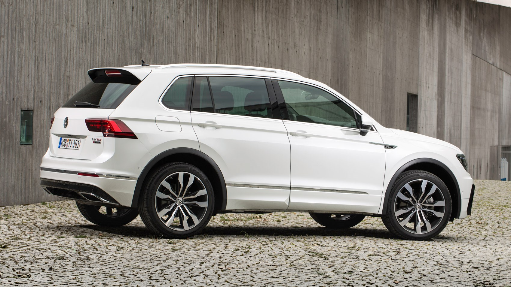 vw tiguan 2 0 bitdi 240 4motion r line 2016 review by car magazine. Black Bedroom Furniture Sets. Home Design Ideas