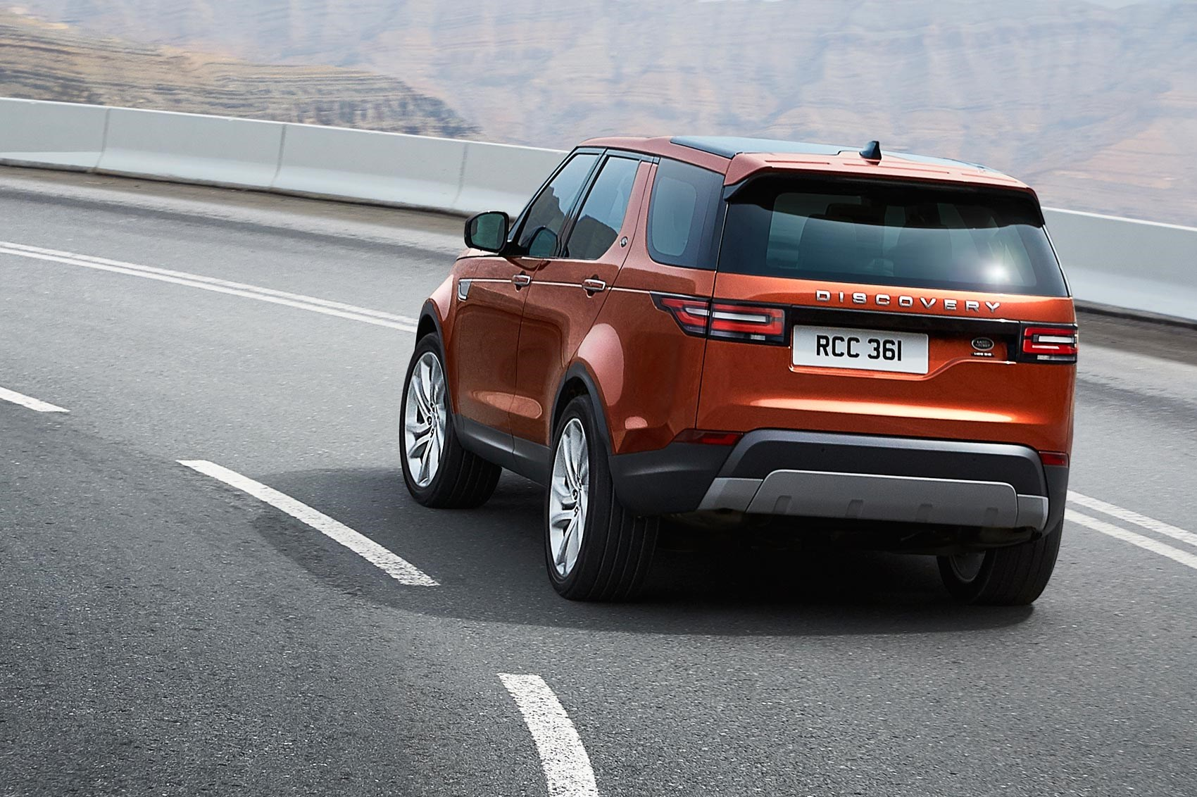 Discovery 5 is alive! Land Rover's new seven-seat ...