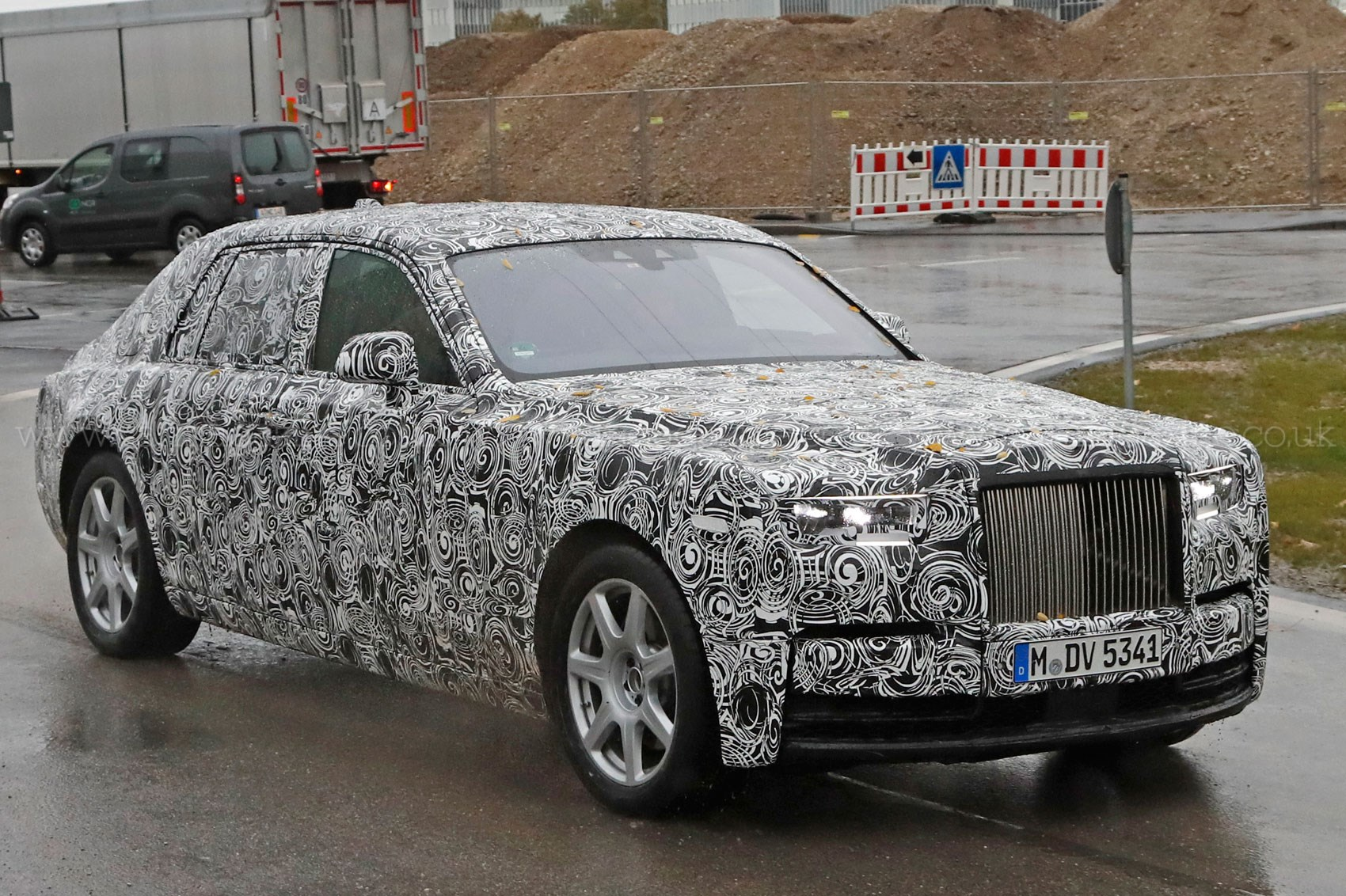 next gen rolls royce phantom spotted by car magazine. Black Bedroom Furniture Sets. Home Design Ideas