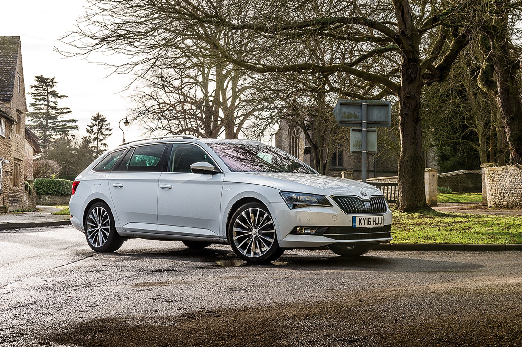 Skoda superb estate 1 4 tsi review autocar - Semi Bling Looks Shouldn T Distract From The Superb S Fundamental Soundness