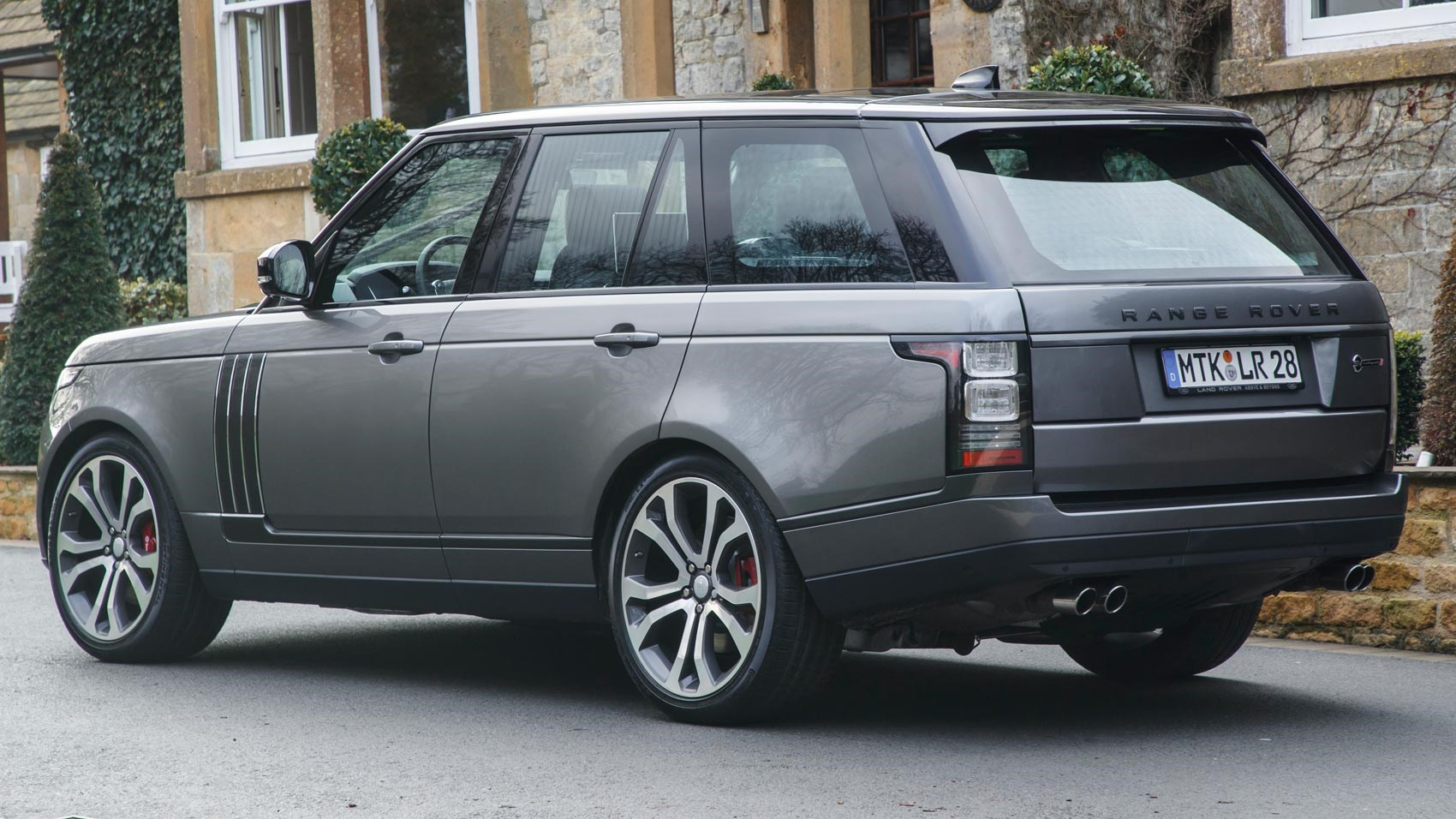 Range Rover SVAutobiography Dynamic (2017) review by CAR Magazine