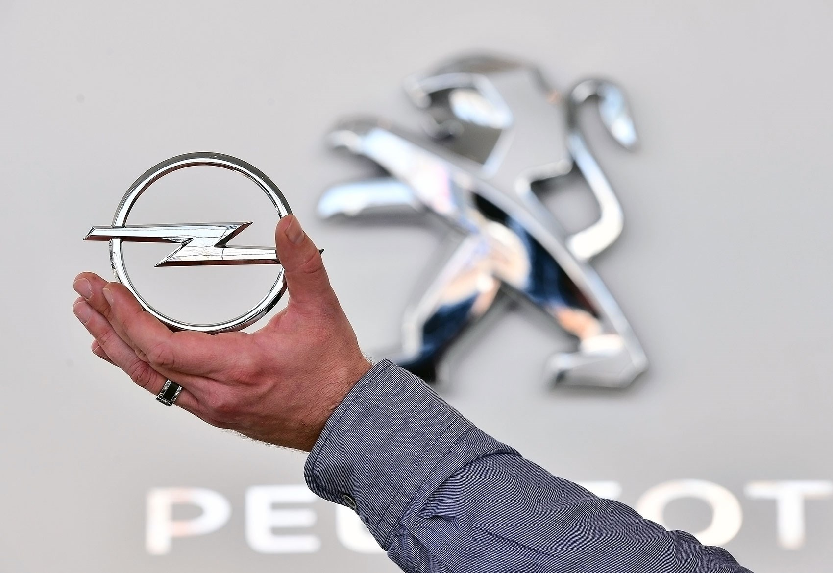It S Official Peugeot Citroen Buys Vauxhall Opel For 1 3