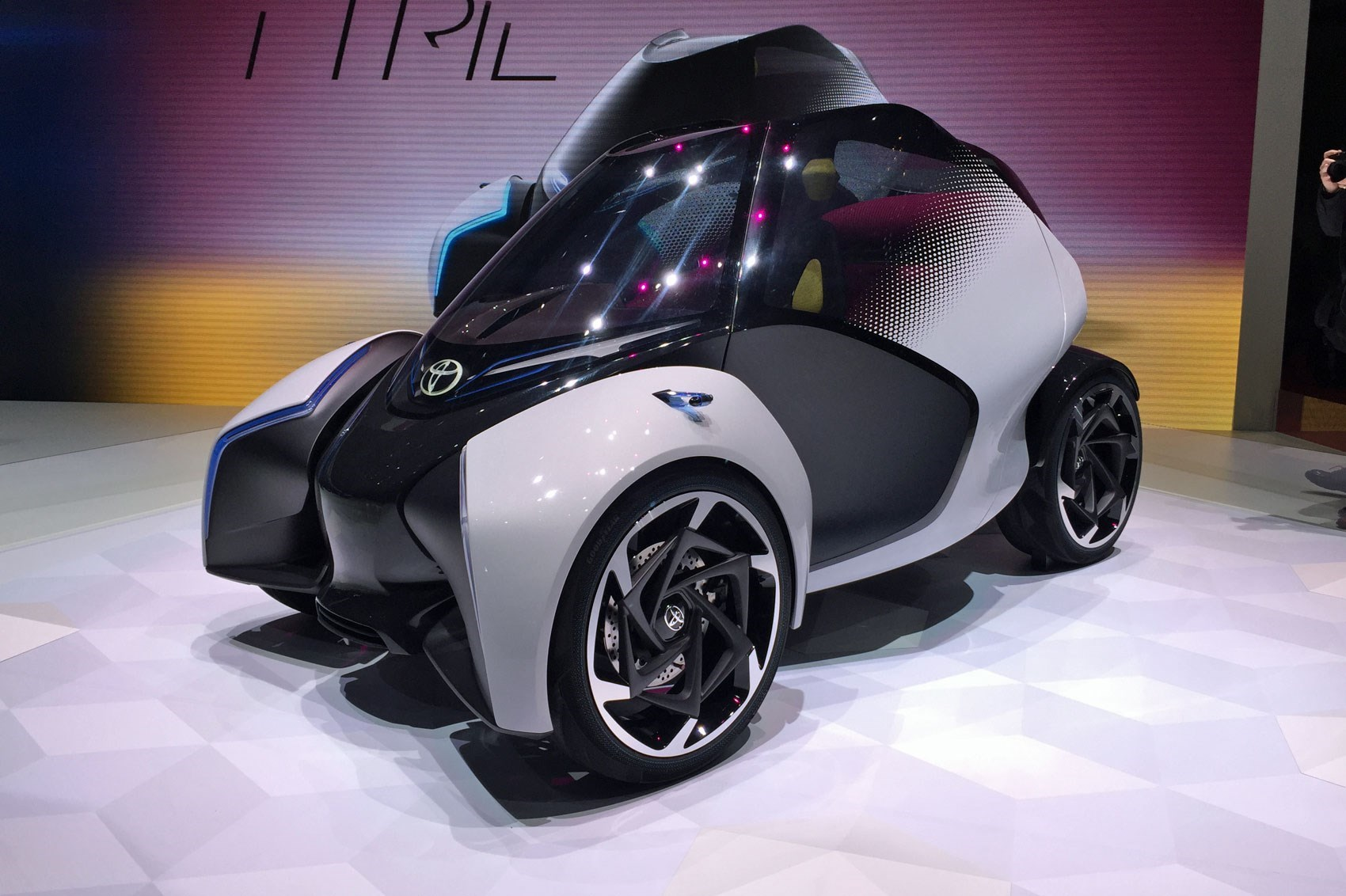 Lean on me: Toyota\'s trick i-TRIL concept car by CAR Magazine