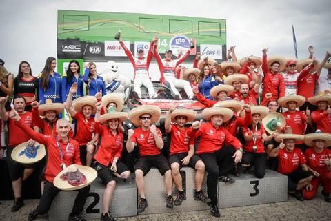 Kris Meeke and the Citroen WRC team celebrate, el Mexicana