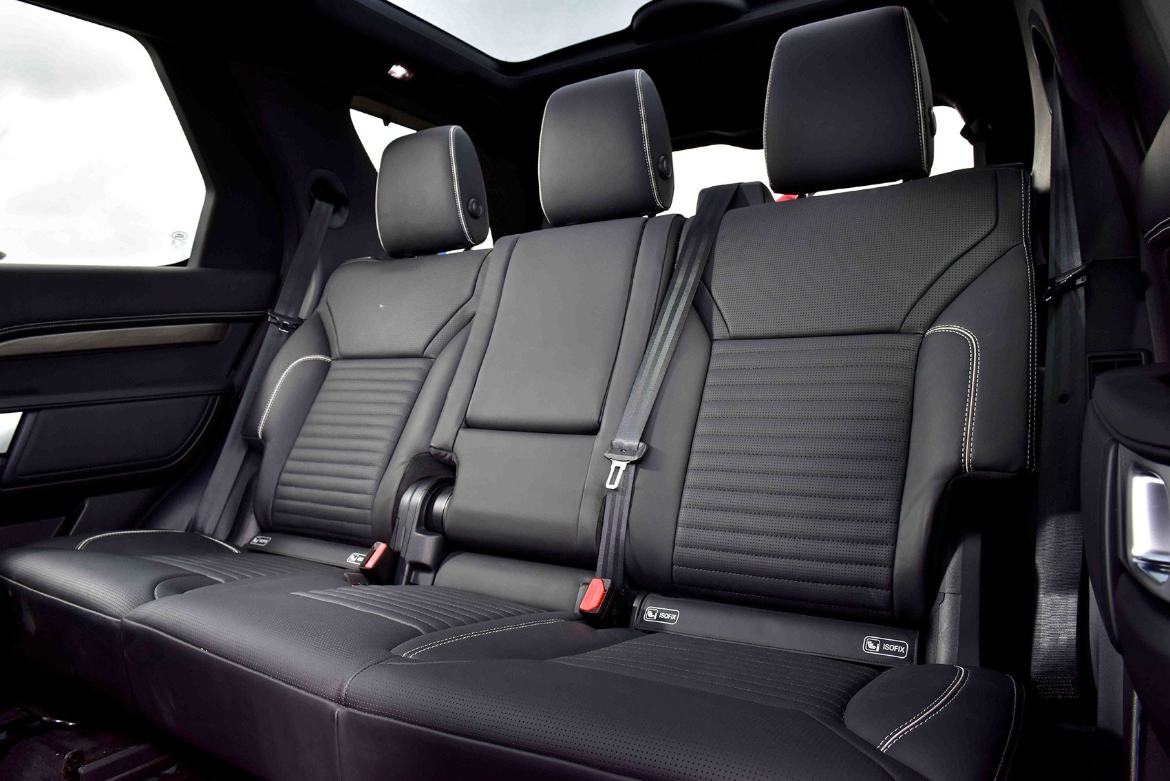 Land rover discovery vs audi q7 vs bmw x5 vs volvo xc90 for Interieur defender 90