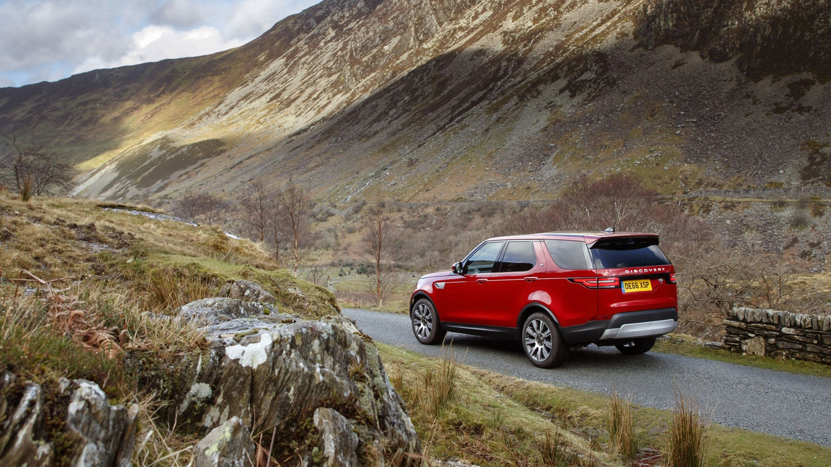 Land Rover Discovery sD4 rear quarter