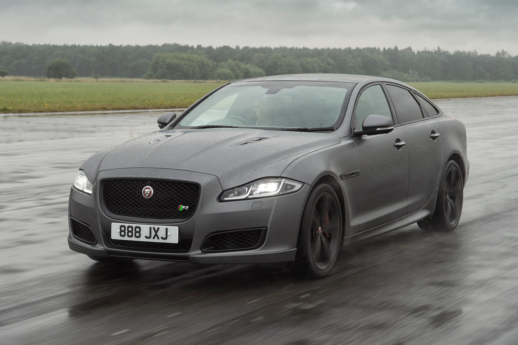 Jaguar Xjr 575 Super Saloon Roars In The Most Powerful Xj