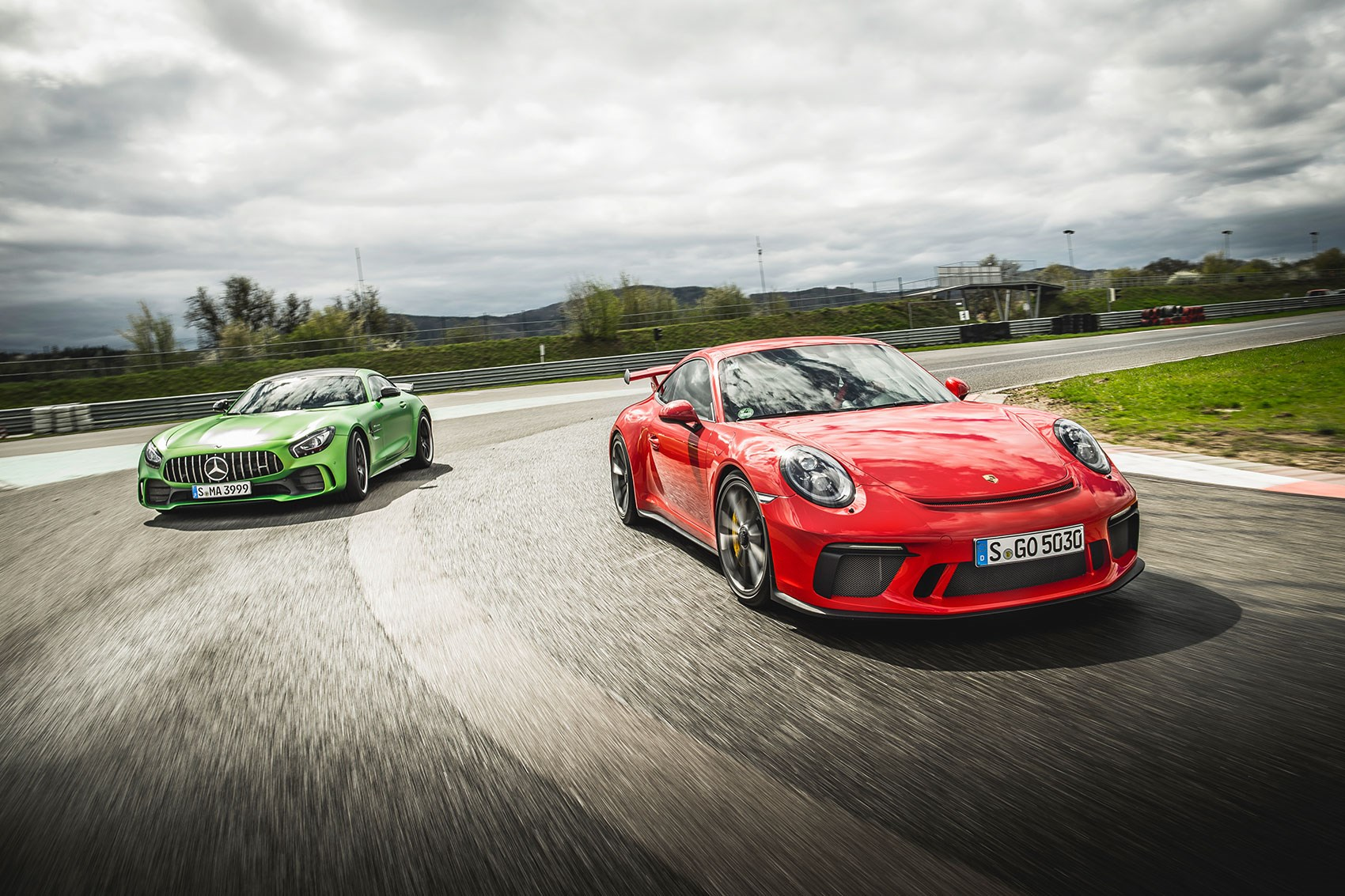 mercedes amg gt r vs porsche 911 gt3 twin test review. Black Bedroom Furniture Sets. Home Design Ideas