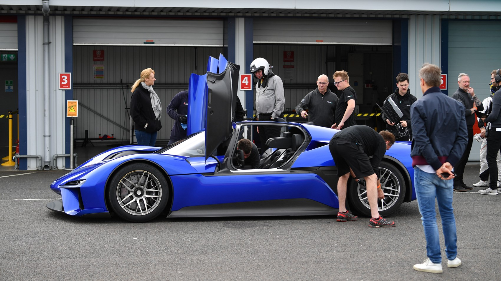 Nio EP9 Georg Kacher pit lane
