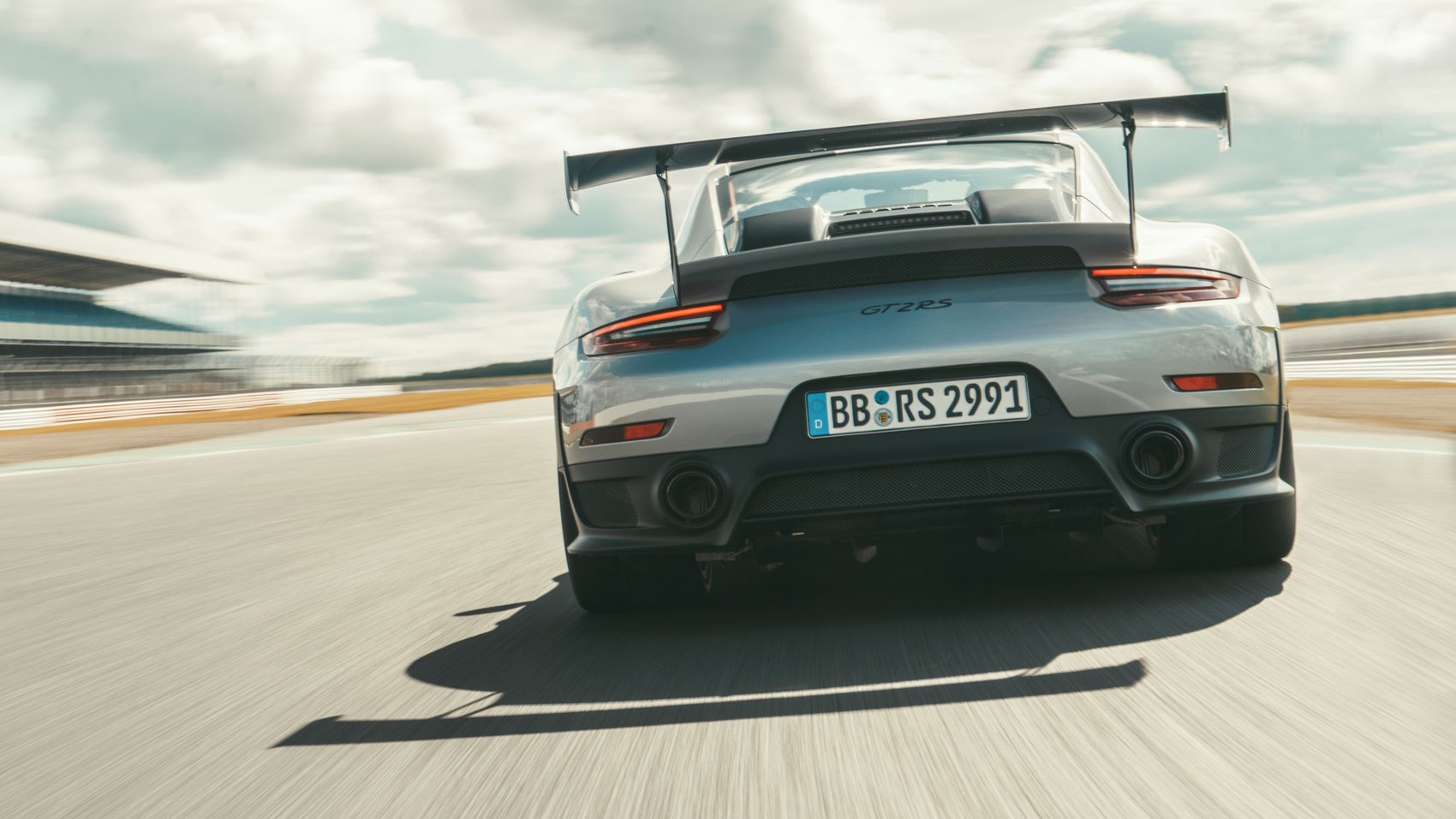 Rear wing on a 2018 Porsche GT2 RS: HUGE!