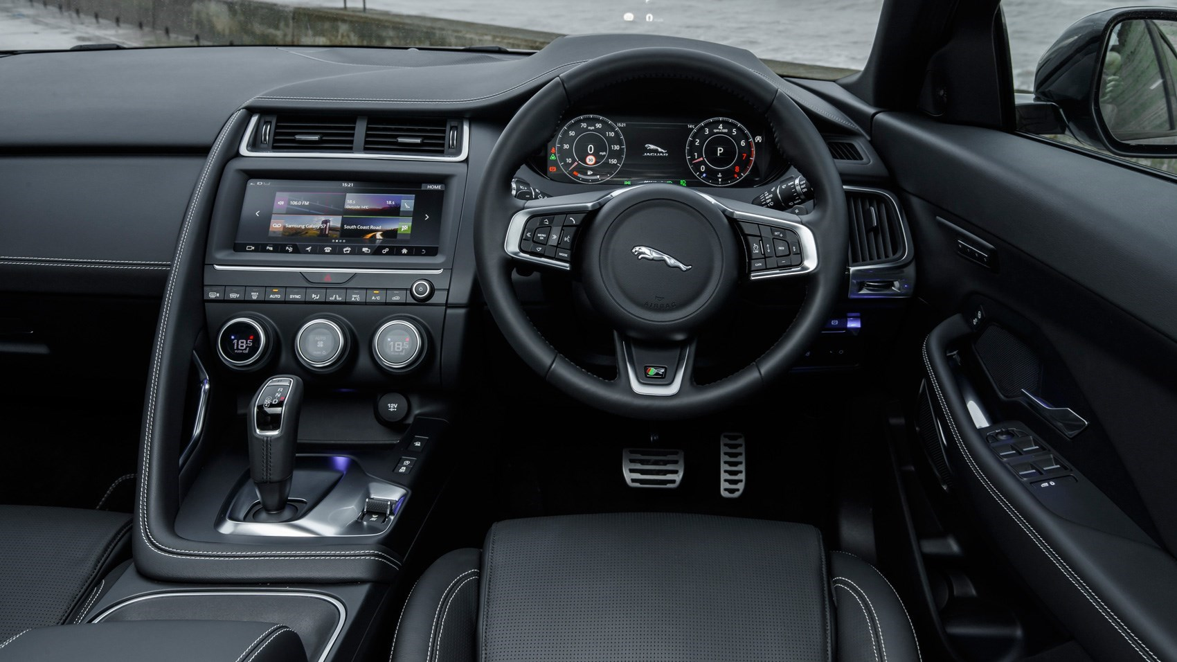Jaguar e pace by car magazine for Interieur jaguar e pace