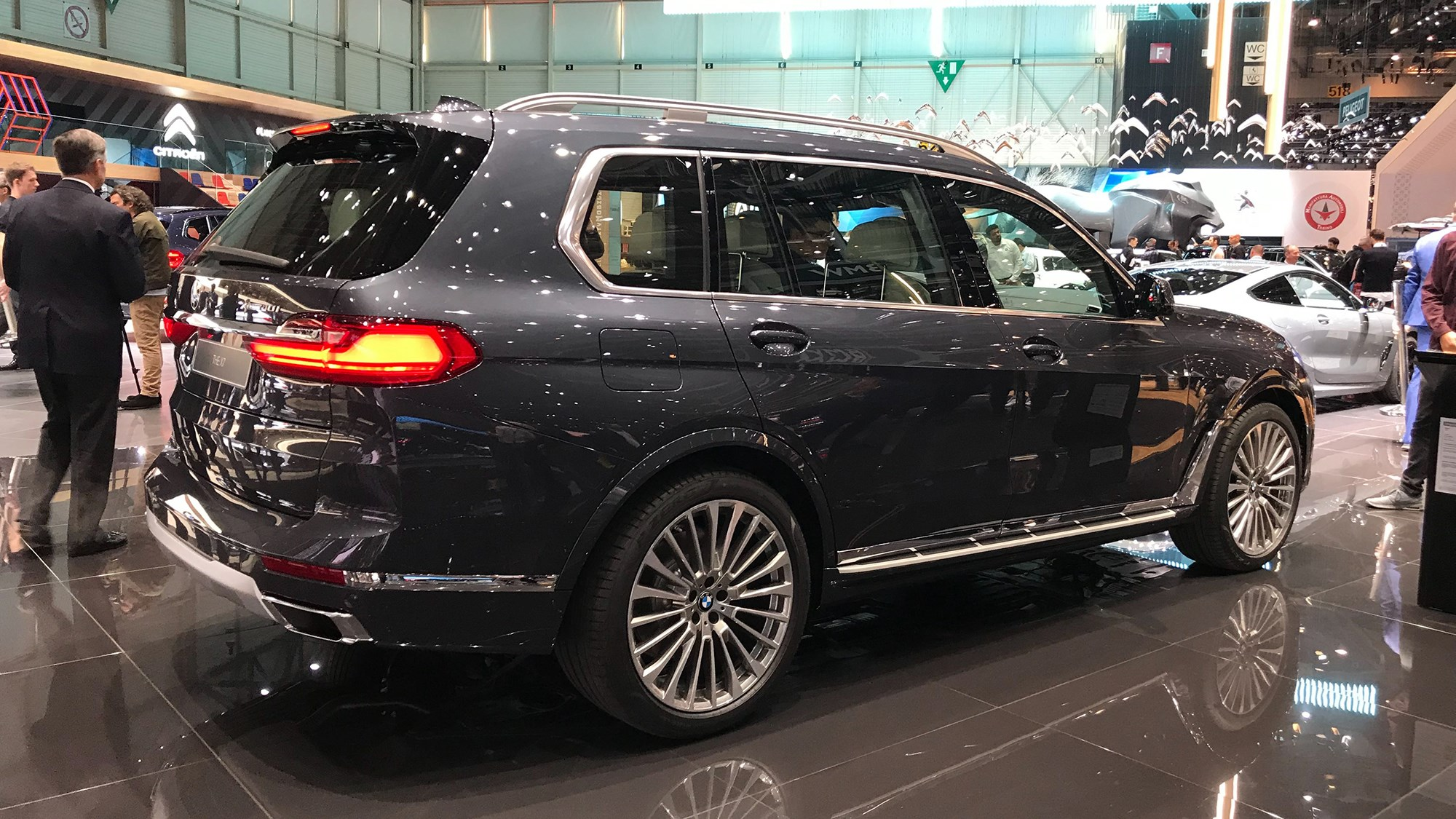 all new bmw x7 munich s monolith is here car magazine. Black Bedroom Furniture Sets. Home Design Ideas
