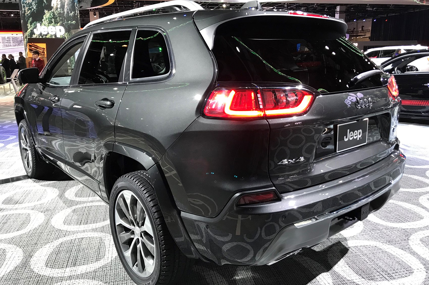 jeep cherokee 2018 facelifted suv unveiled at detroit. Black Bedroom Furniture Sets. Home Design Ideas