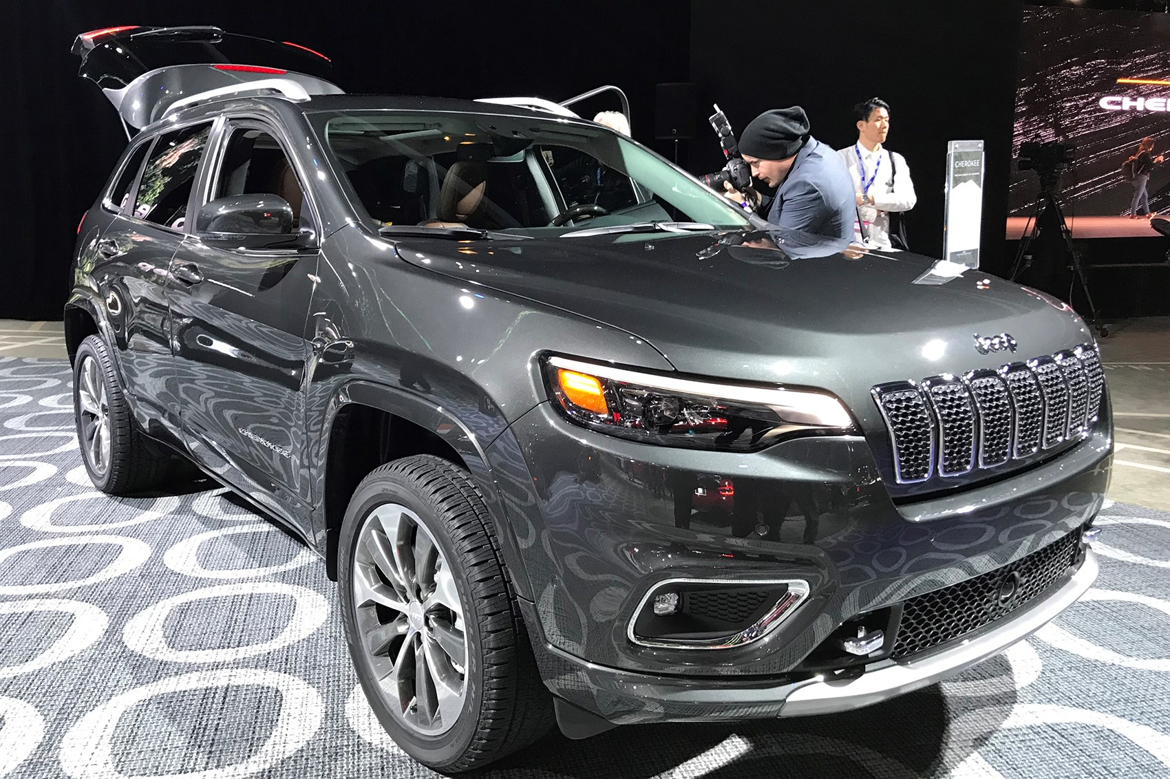jeep cherokee 2018 facelifted suv unveiled at detroit show car magazine. Black Bedroom Furniture Sets. Home Design Ideas
