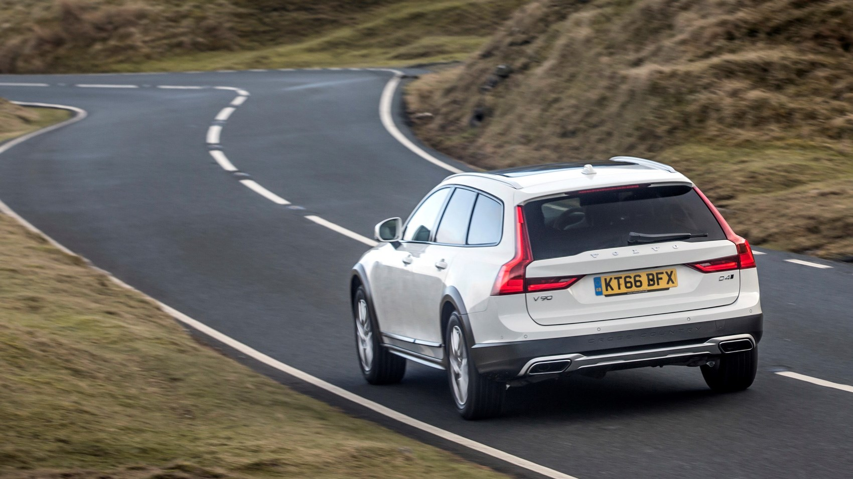 Volvo V90 Cross Country rear tracking