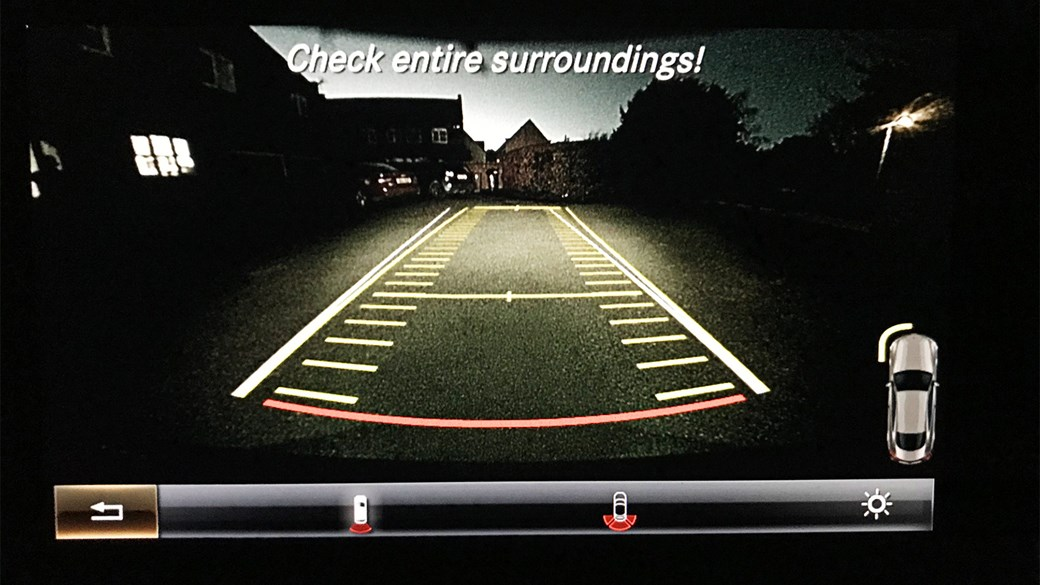 Reversing camera on our Mercedes-AMG C43: a bit gloomy in the dark, frankly