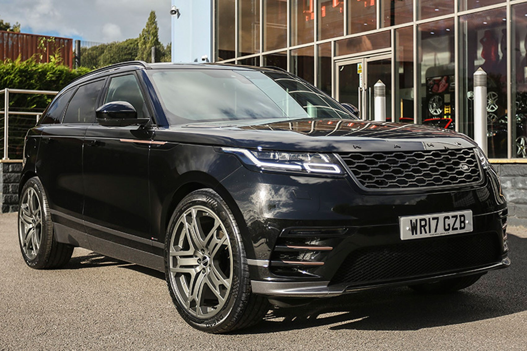 range rover velar by kahn design 2018 pics details and price by car magazine. Black Bedroom Furniture Sets. Home Design Ideas