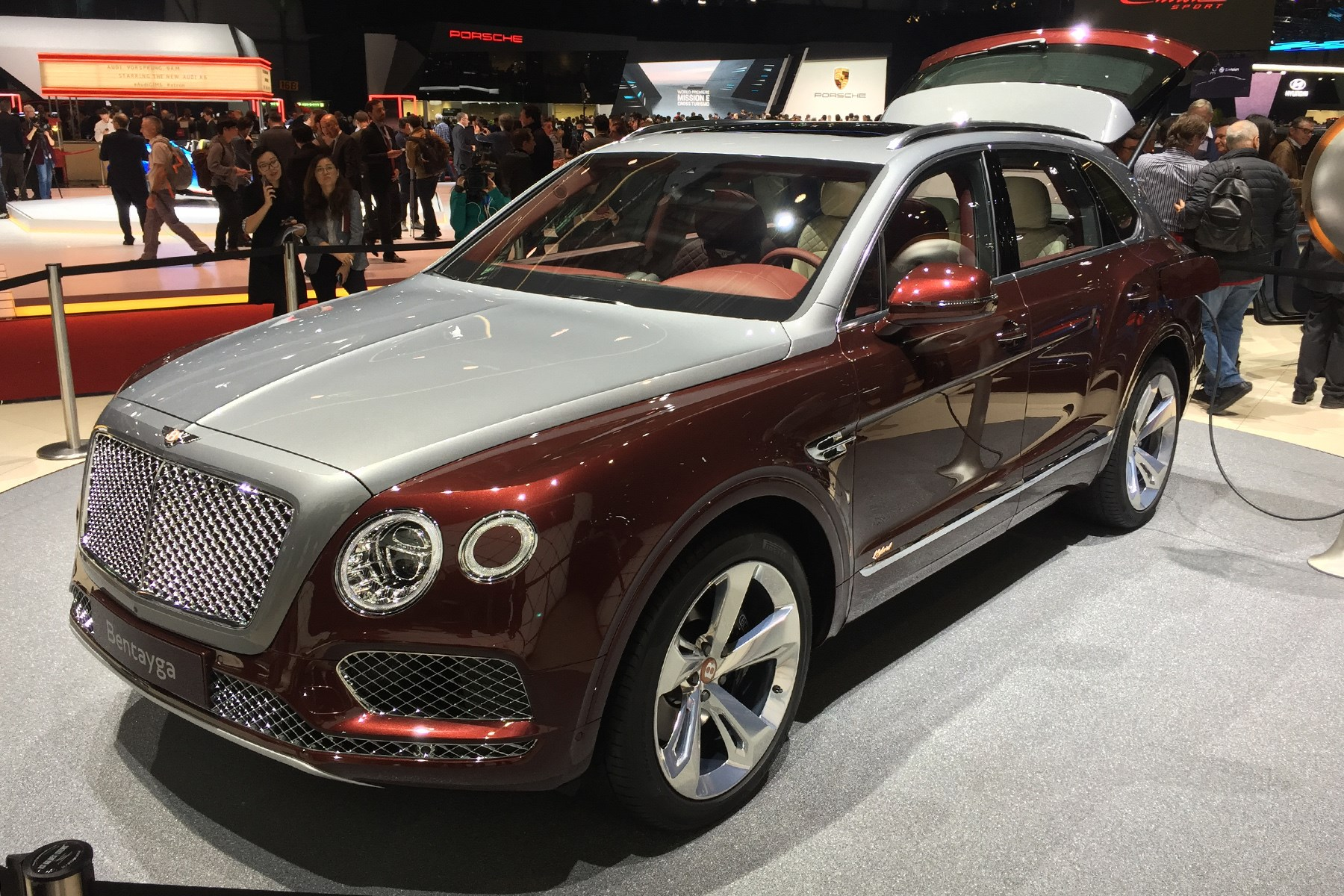 A Stately Phev New Bentley Bentayga Hybrid Has Arrived Car Magazine