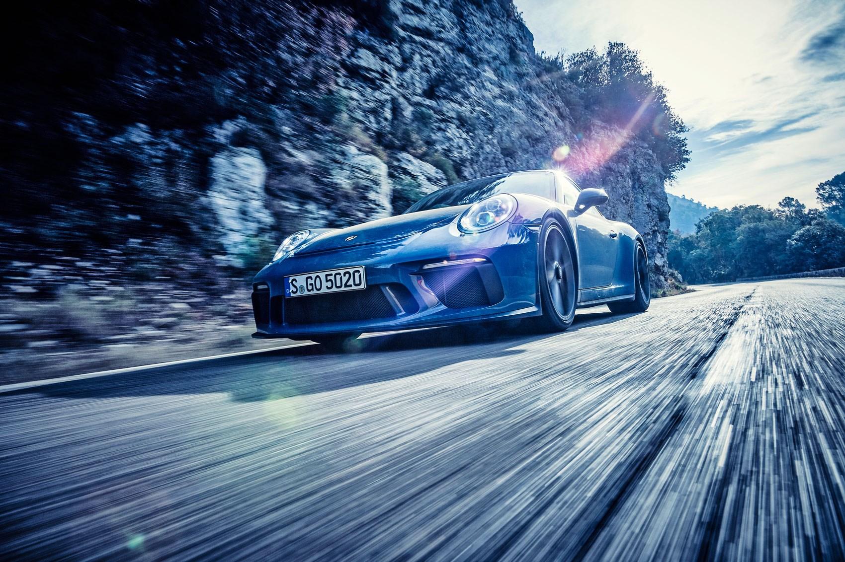 Porsche 911 Carrera T vs GT3 Touring (2018) twin test ...