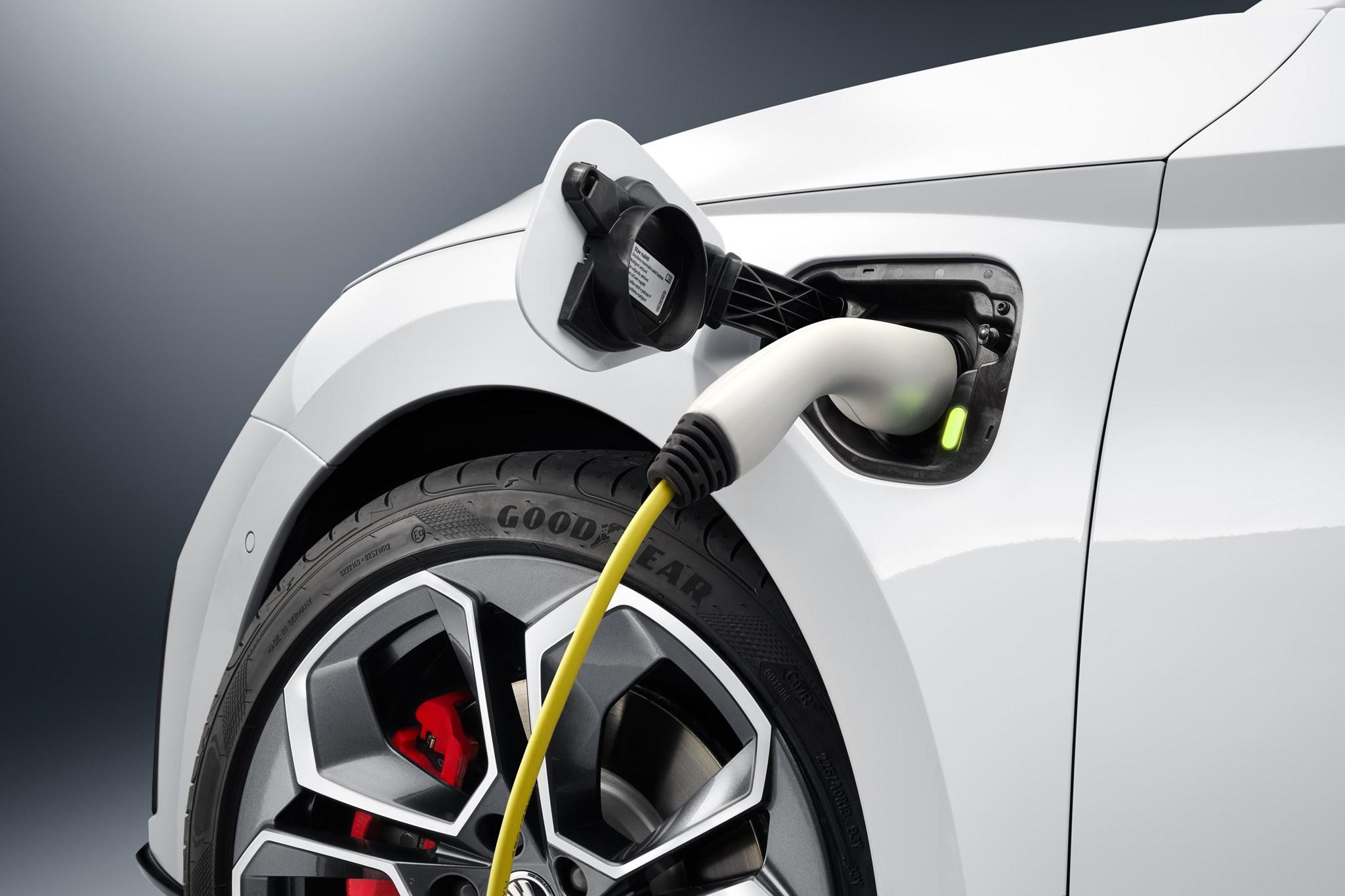 New Skoda Octavia vRS iV plugs in: first glimpse