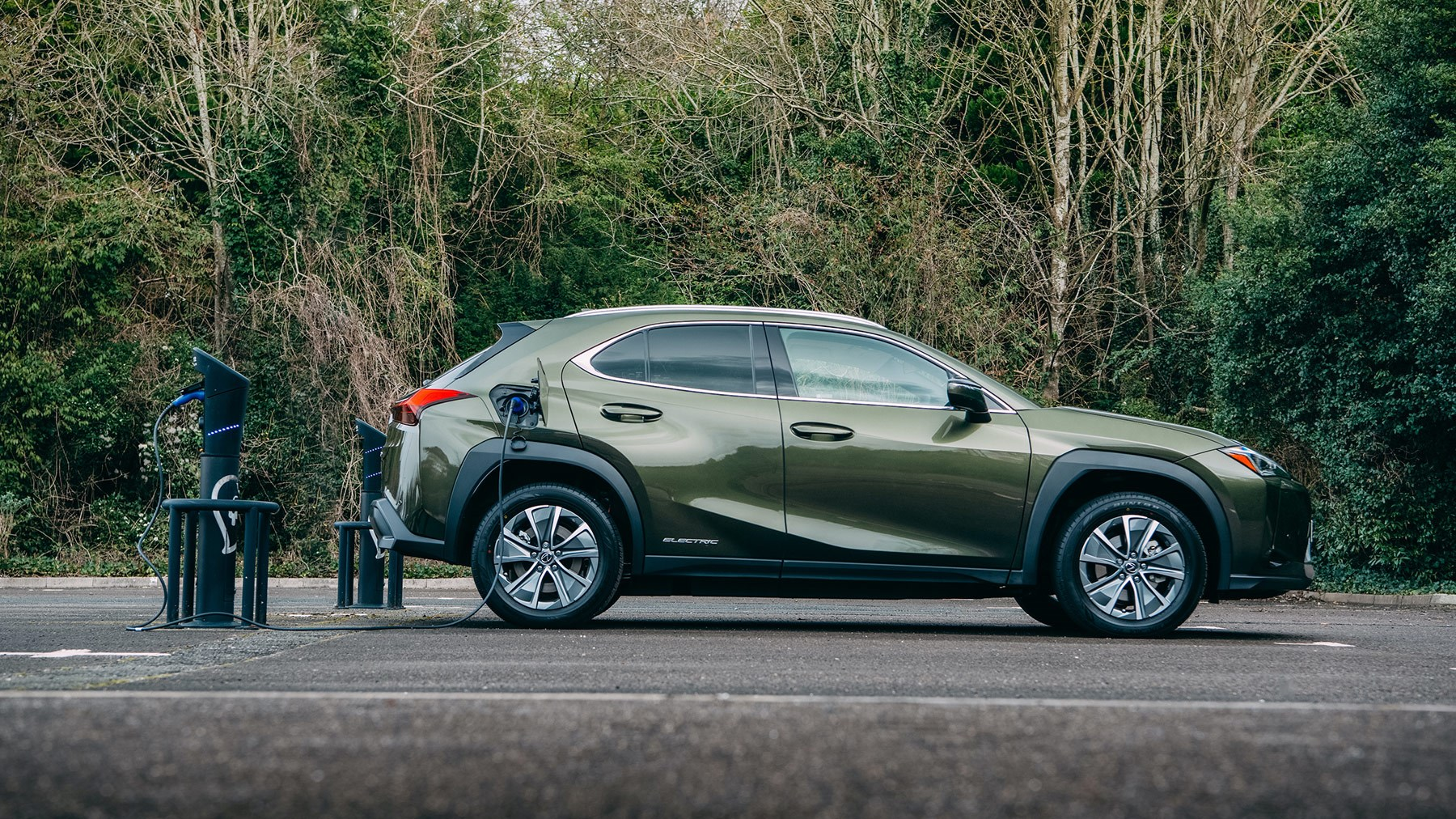 Lexus UX300e: charging the electric SUV