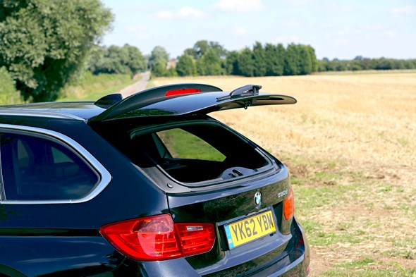 Pop-up tailgate in the BMW 3-series Touring estate: very handy