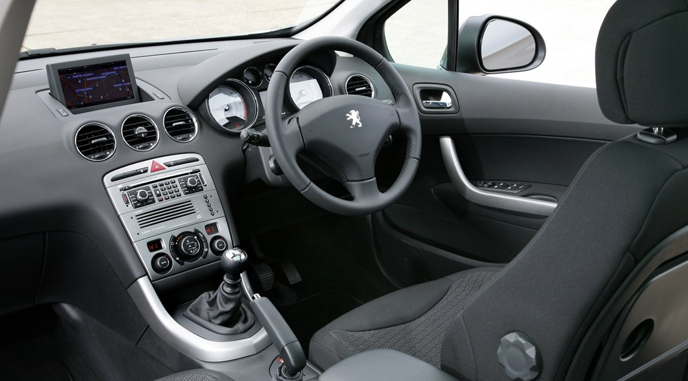Peugeot 308 sw 1 6 hdi 110 se 2008 review by car magazine for Interieur 307 sw